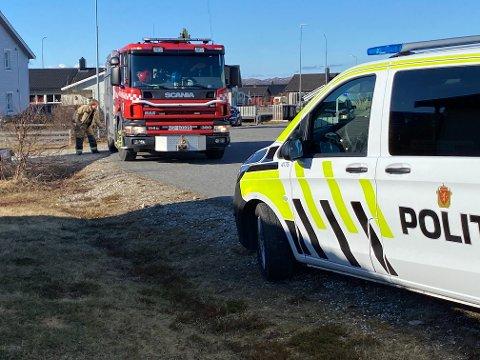 UTRYKNING: Både brannvesenet og politiet rykket ut etter melding om pipebrann i Lakselv onsdag ettermiddag.