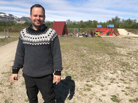 PÅ JOBB I SOLA: Daniel Mahisen er på jobb sammen med barna på skateparken i Lakselv denne onsdagen, og myser mot den skarpe sola. Det er mer lystbetont mener han å jobbe med barn, enn bar.
