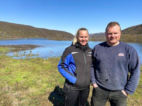 MÅ LA NATUREN GÅ SIN GANG: Mariann Sivertsen Hætta og Johnny Hætta driver Eidet gård i Máze. De fleste jordene de høster ligger nå under vann.