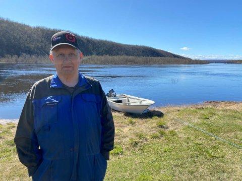 HAR TATT FRAM BÅTEN: Johan Mathis Hætta har ikke latt seg stresse av at vannstanden i Máze har nærmet seg rekordåret i 1968,