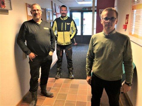 I KRISEMØTE: Entreprenørene Ivar Nikoma (til venstre) og Joar Paulsen gikk i møte med sektorleder for kommunalteknikk og beredskap i Porsanger kommune, Tom Jøran Olsen (til høyre).