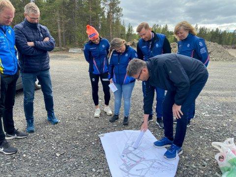 STORE PLANER: Reidar Olsen sitter i anleggsutvalget til Alta IF. Her forklarer han de ansatte i Sparebank1 Nord-Norge om deres planer for idrettsparken på Aronnes.