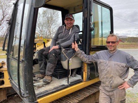 ENDELIG: Tormod Nilsen har endelig fått drømmen oppfylt om kjøp av gravemaskin, det etter 48 år. Her får han stå utenfor graveren, da Harald Persen, kollega i samdriftsfjøset i Holmesund, har inntatt førersetet.