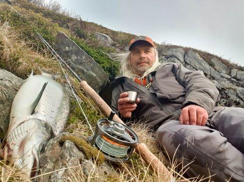 FAVORITTHOBBYEN: Gamvik-ordfører Alf Normann Hansen skriver på Facebook at livet er herlig når man har elva nesten ved hyttetrappa.