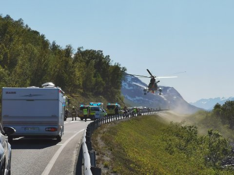 REDNINGSHELIKOPTER: Helikopteret har landet ved ulykken.