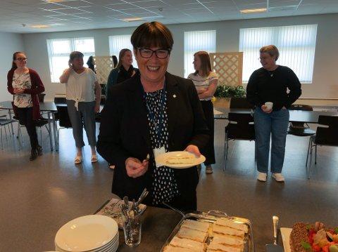 NAPOLEONS KAKE: Eva Håheim Pedersen ble servert kake da administrasjonen takket henne av. Foto: Trond Ivar Lunga