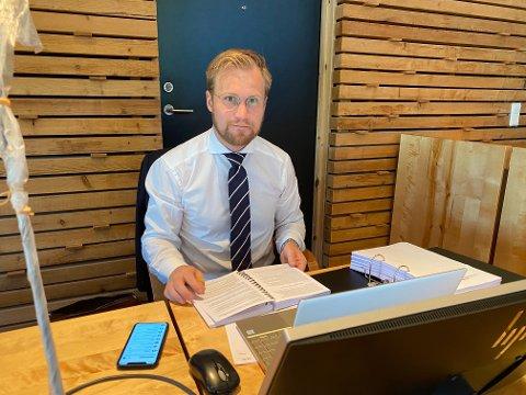FORSVARER: Forsvarsadvokat Marius Ihlebæk forsvarte den drapstiltalte mannen fra Porsanger i Indre Finnmark denne uka.