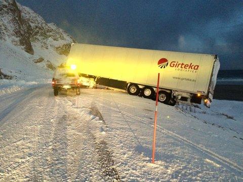 TRUFFET: I desembe 2015 ble e en trailer truffet av et snøras på Ifjordfjellet. Traileren ble stående slik at den sperret trafikken. Episoder som dette håper fylkeskommunen å kunne være med på å unngå.