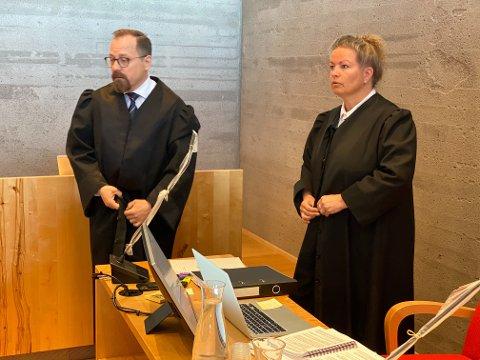 BER OM ERSTATNING: Bistandsadvokat Anne Marit Pedersen ba om erstatning til drapsofferets barn. Her står hun sammen med aktor Tor Børge Nordmo.