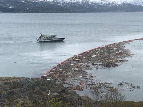 BEFARING: Rundt klokka 12:30 er befaringen i gang. Lenser er satt ut i sjøen etter skredet onsdag.