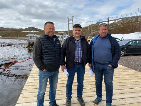 HER KOMMER DET MOTTAK: Akkurat her disse tre karene fra Norway King Crab står, kommer det et nytt 160 kvadratmeter stort mottak for krabbe og fisk i Torhop. Fra venstre ser vi Jørn Malinen, Arnkjell Bøgeberg og Svein Ruud.