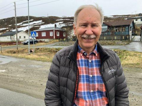 BARNDOMSHJEMMET: Det røde huset i bakgrunnen er Gullik Hansens barndomshjem. Foto: Trond Ivar Lunga
