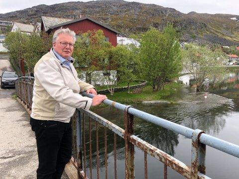 VANNSTANDEN SYNKER: Rådmann og beredskapsleder Leif Vidar Olsen kunne mandag se at vannstanden hadde synket med 20 centimeter. Foto: Trond Ivar Lunga