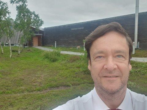 Forsvarsadvokat John Christian Elden foran tinghuset til Indre Finnmark tingrett i Tana tidligere i år.