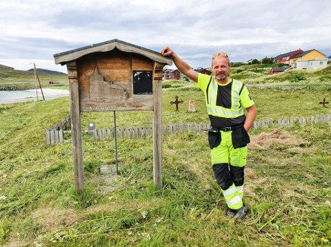 KIRKEGÅRDEN: Trond Pedersen hos RYT Sørøya står ved kirkegården i Hasvik som var delvis grodd igjen tidligere i sommer.
