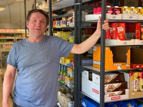 LOKAL HANDEL: Butikken til Jens Vidar Helander er ikke stor, men du finner de varene som du trenger på de helt vanlige hverdagene. Og er det varer som blir etterspurt av flere som de ikke har, bestiller han gjerne de inn.