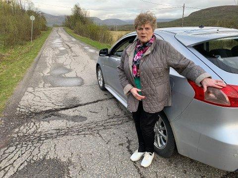 FRUSTRERT: Anne-Lise Harjo Akerhei har sett seg lei av at  veien hun bruker daglig er dårlig. Nå håper hun igjen at kommunen tar grep.