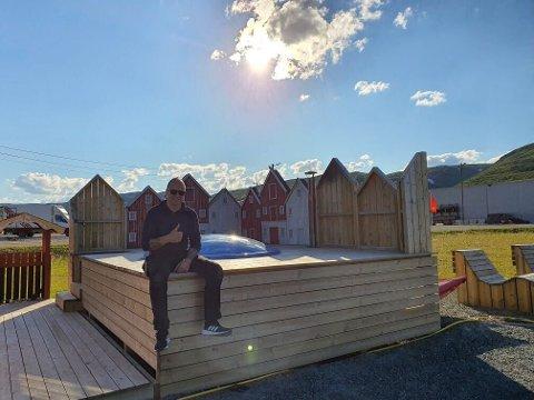 FORNØYD: Daglig leder for Båtsfjord hotell & camping, John-Rainer Hanssen er godt fornøyd med at tilretteleggingen for gjestene har lønt seg. Campingplassen er nesten full samtidig som kapasiteten på hotellet er sprengt, forteller han.