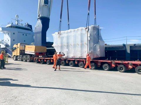 STOR OG VERDIFULL LAST: Trafoen som ble losset av i Berlevåg veide 126 tonn.