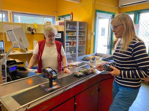 STILLER HVER DAG: Seks dager i uka finner du Ingrid Tapio bak disken på nærbutikken i Sirma. Her er det Marit Skøien Varsi som er innom for å handle varer.