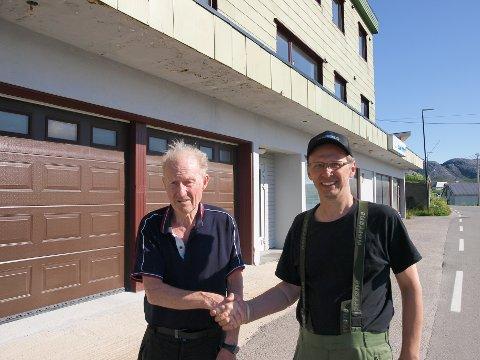 FORNØYD SELGER: Her takker selger Trygve Bertheussen (80) og kjøper Kurt Raymond Olaussen (58) hverandre med handelen. Bertheussen er svært fornøyd med å ha funnet en seriøs kjøper som bryr seg om Mehamn.