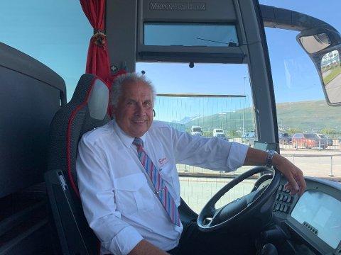 Bussjåfør Ivar Amundsen kjørte 28 av passasjerene fra Roald Amundsen til Tromsø lufthavn fredag morgen.