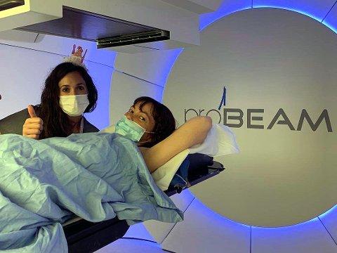 BEHANDLING: Elisabeth Rasmussen på vei inn i protonstråle-maskinen for sin andre behandling. Hun skal gjennom 30 slike strålinger på seks uker. Etter det håper hun å komme hjem til Tromsø i september.