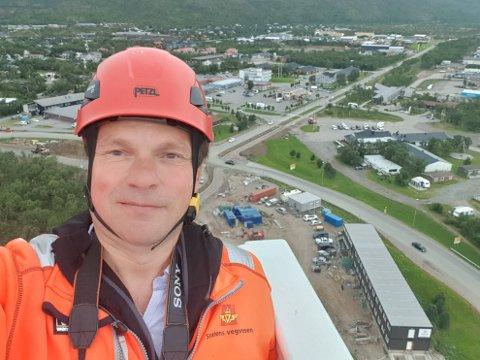 OPP I HØYDEN: Virksomhetsleder i Tana kommune, Frank Martin Ingilæ (52), fikk seg en luftig tur onsdag ettermiddag. Nå nærmer det seg åpning av den nye brua.