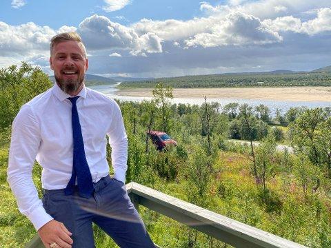 FANTASTISK UTSIKT: Fra verandaen på hytta kan Gøran Møller Christiansen se laksen hoppe i elva.