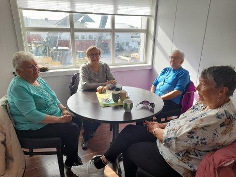 KUNNE GJORT LITT MER: Lillian Frantzen (87), Agnes Martiniussen (88), Anne-Lise Bjørklund (85) og Lill Aasen (73) mener livet i Vardø slettes ikke er verst, til tross for at Forsvaret er sterkt tilstede.