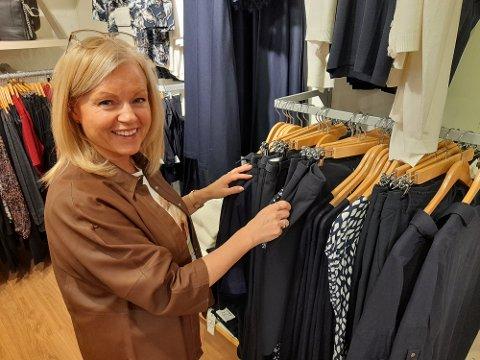 HAR DIREKTESENDINGER PÅ FACEBOOK: Line Pedersen Erikstad (55) og DK Vadsø har til nå hatt 40 direktesendinger på Facebook. – Man må prøve nye ting, sier butikkinnehaveren.