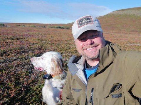 SMILET TILBAKE: Jan Turi har smilet tilbake torsdag morgen, etter bagasjeklusset. Nå er han klar for jakt med familien og bikkja.