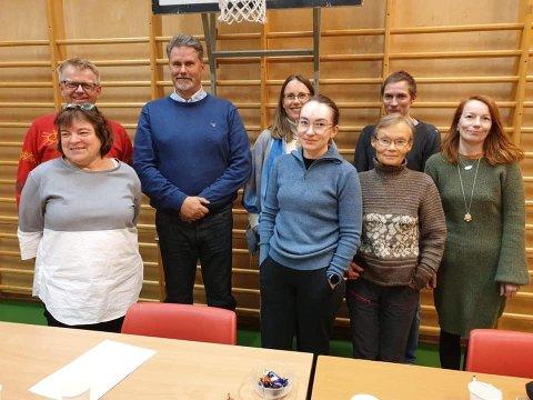 VALGTE STYRE: Ragnhild Rajala Lautx (bak i midten) er valgt til leder for medlemsorganisasjonen som har sitt utspring i Folkeaksjonen mot Davvi Vindkraftverk. Her er hun sammen med resten av styret.