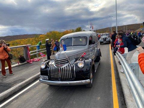 FØRSTE BIL OVER: Denne Chevroleten ble kjørt som første bil over den nye Tana bru. Den var også første bil over da den gamle brua ble åpnet i 1947. Bak rattet satt Birger Rajala
