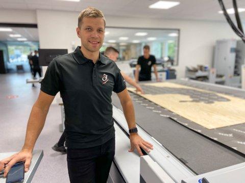 HAR BYGGET FOR FRAMTIDEN: Daglig leder Paul Håkon Nilsen hos Fagtrykk Idé er sammen med sine ansatte fornøyd med å få 1600 nye kvadratmeter å boltre seg på.