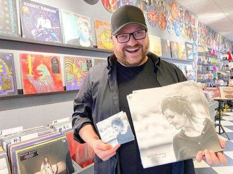 FORNØYD: John-Kåre Hansen står bak platedebuten til Sigrid Brennhaug. Det er første gangen han gir ut musikk, og han valgte å gi den ut både på CD og vinyl.