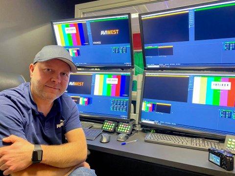 KLAR TIL KAMP: Stian Eliassen er klar for å produsere sendingen fra kampen mellom AC Milan og Bodø/Glimt gjennom Lakselv før det går ut til alle Amedias aviser.