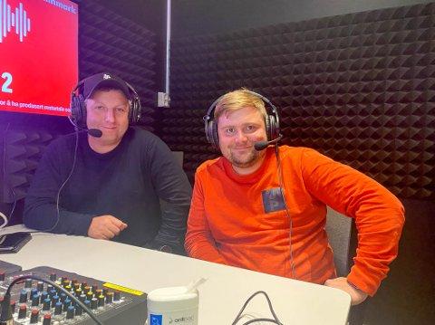 GLEDER SEG: Stian Høgland (tv) og Joachim Kildal har tatt turen fra Bodø til Lakselv for å kommentere årets, til nå, største kamp for Bodø/Glimt.