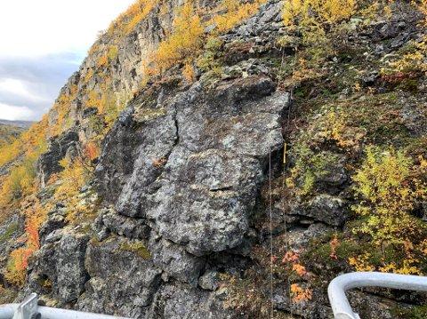 MÅTTE FJERNES: Det var denne fjellhyllen som sto i fare for å rase ut i Kløfta på E45 mellom Alta og Kautokeino.