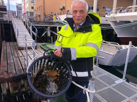 PÅ SØPPELJAKT: Økonomisjef Trond Rognlid i Hammerfest Havn viser her hvor mye søppelsamleren har fått inn i løpet av par-tre timer. Foto: Trond Ivar Lunga
