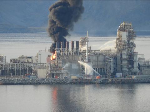 I BRANN: Det var åpne flammer da det mandag oppsto brann på LNG-anlegget på Melkøya utenfor Hammerfest.