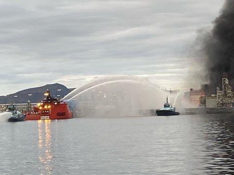 SLUKKEARBEIDET: Her ser vi slukkearbeidet som utføres fra sjø mot brannen på Melkøya. Nå skal årsaken til brannen etterforskes av både Petroleumstilsynet og Equinor.