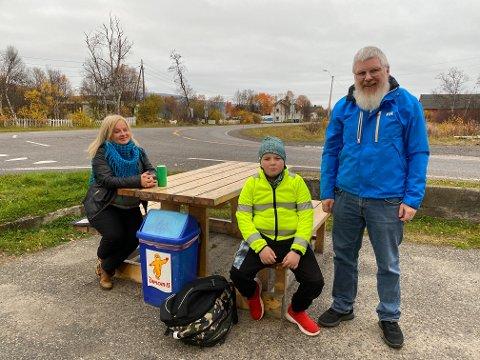HJELPER HVERANDRE: Marit Jørgensen og sønnen Piera Lille, fikk hjelp av gudfar Jan Oskar Dervo med skoleskyss til Tanabru.