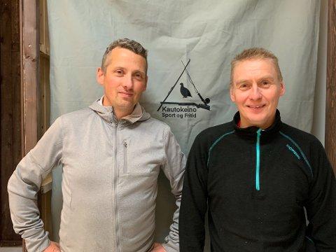 SISTE INNSPURT: Innehaver Roger Andre Karlsen (til venstre) og medarbeider Ole Einar Hætta er i siste innspurt for å gjøre sportsbutikken klar til åpning torsdag.
