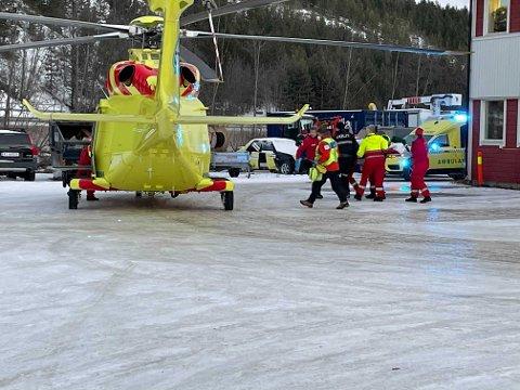 HELIKOPTER: Helikpoteret har tatt med seg personen som ble utsatt for en arbeidsulykke på Aronnes i Alta, mandag. Foto: Oddgeir Isaksen.