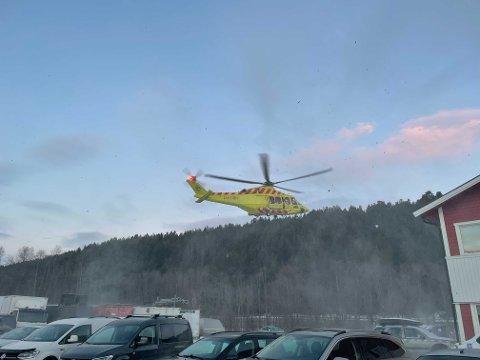 HELIKOPTER: Helikpoteret har tatt med seg personen som ble utsatt for en arbeidsulykke på Aronnes i Alta, mandag.