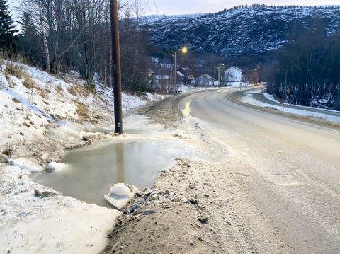 IS: På E6 mellom Alta og Rafsbotn har det  bygget seg opp en issvull ved veibanen. Dette kan føre til trafikkfarlige epiosoder.