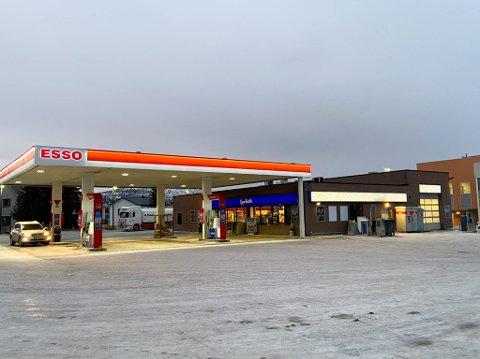 NY DRIVER FRA 1. FEBRUAR: Esso i Bukta har fått ny eier. Det er Karl Mikael Jakobsen fra Rognan i Nordland som skal ta over bensinstasjonen.