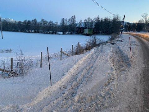 KJØRTE UT: Et vogntog kjørte inn i en lyktestolpe ved E6 ved Nerskogen rundt 02.00 natt til onsdag. Sjåføren ble bekreftet omkommet da nødetatene ankom stedet.