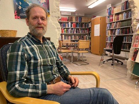 PÅ BIBLIOTEKET: Nils Borge Teigen har flere verv og jobber enn folk flest. Her har han bibliotekvakt på Lebbesby.